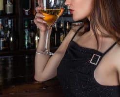 ワインを飲む女の子