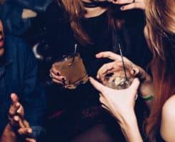 スイッチバー恵比寿店で飲む女性客